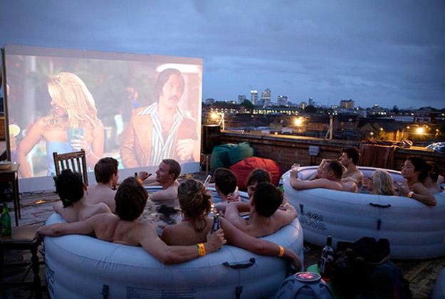 Уживање во топла када и кино под отворено небо