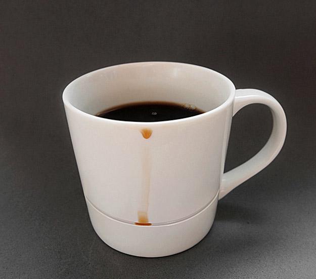 Умна шолја која ги лови капките кафе пред да станат дамки