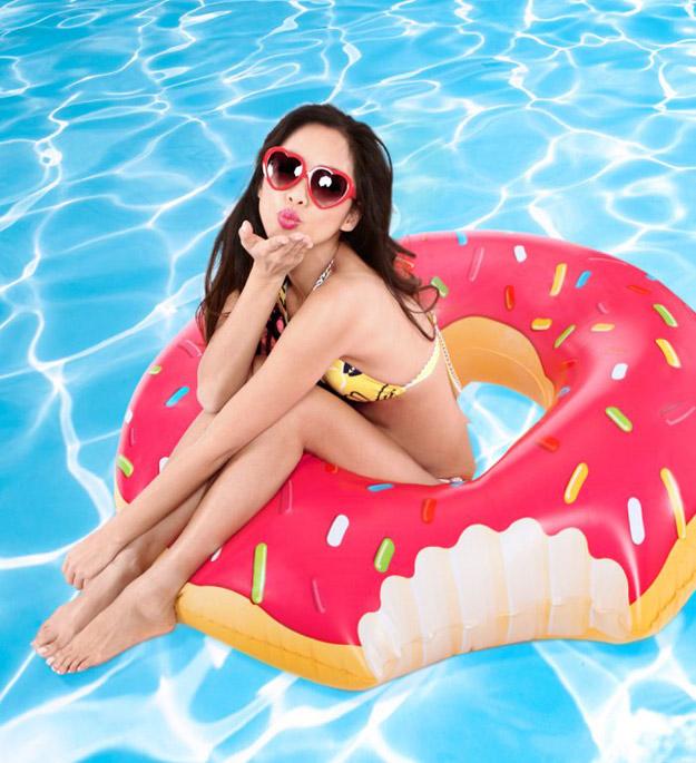 Гигантска гума за пливање со форма на крофна