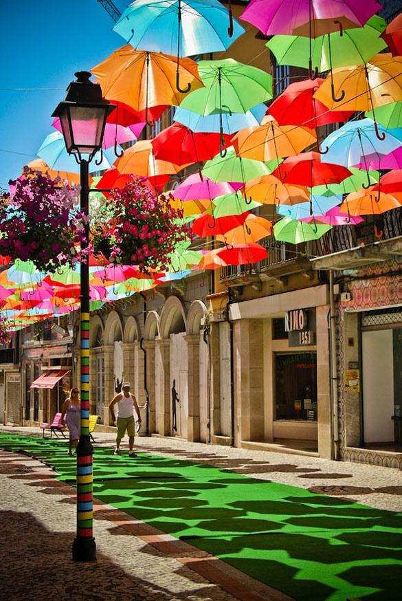 Колоритни инсталации од чадори во Португалија