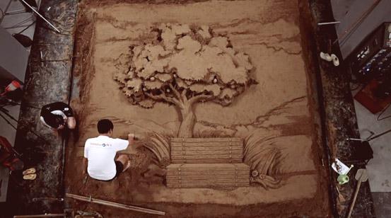 JooHeng Tan во процес на изработка на песочните скулптури