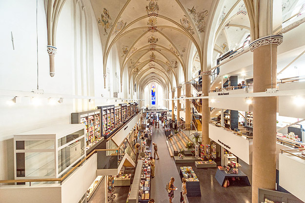 Црква трансформирана во модерна библиотека