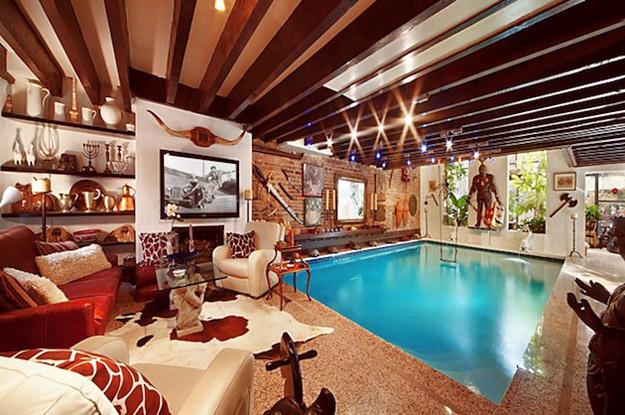 Голем базен во собата за дневен престој во една куќа во Менхетн