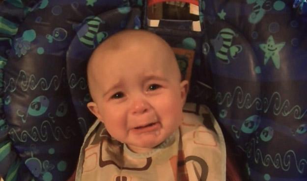 10-месечно бебе плаче на песна за несреќна љубов