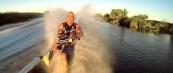 Супер-дедо скија на вода и игра