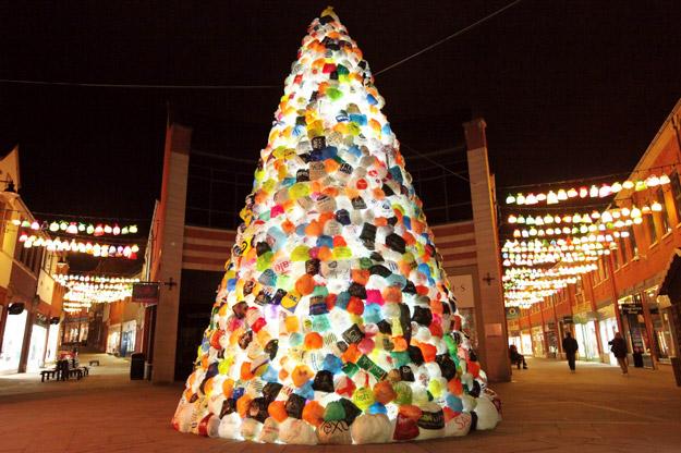Новогодишна елка изработена од пластични кеси