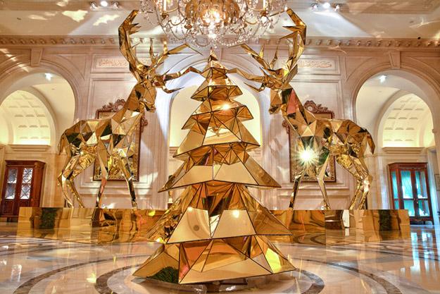 """Новогодишниот амбиент на луксузниот хотел """"George V."""""""