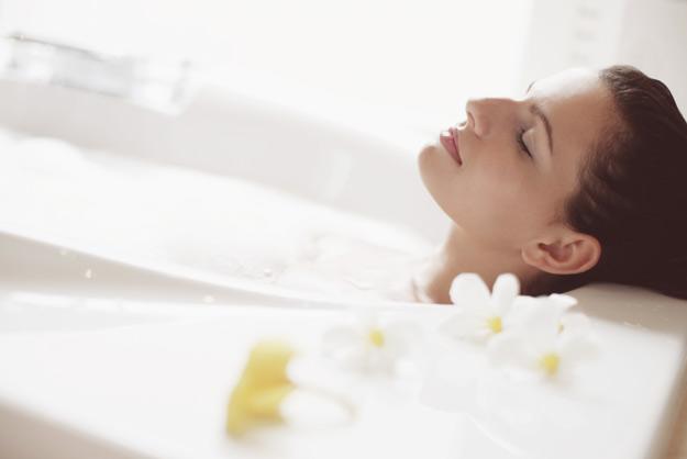 Топла купка за детоксикација и опуштање