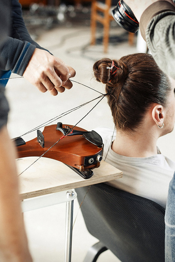 musician-plays-violin-with-strings-made-of-human-hair-3