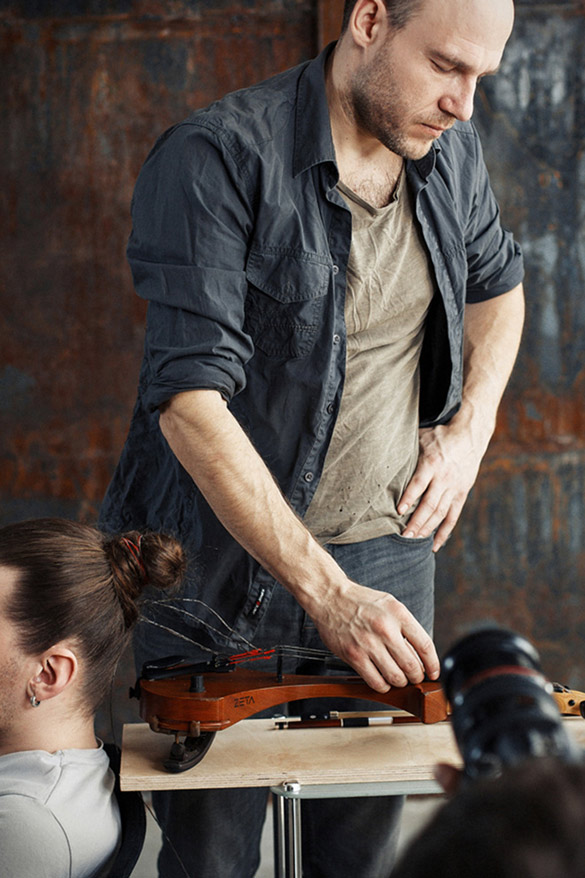 musician-plays-violin-with-strings-made-of-human-hair-5