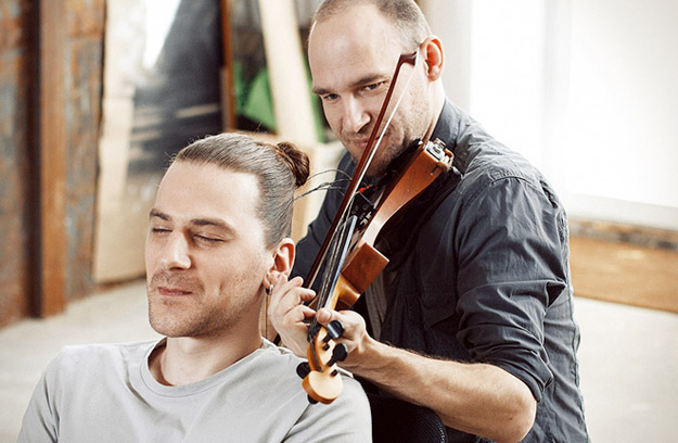 musician-plays-violin-with-strings-made-of-human-hair