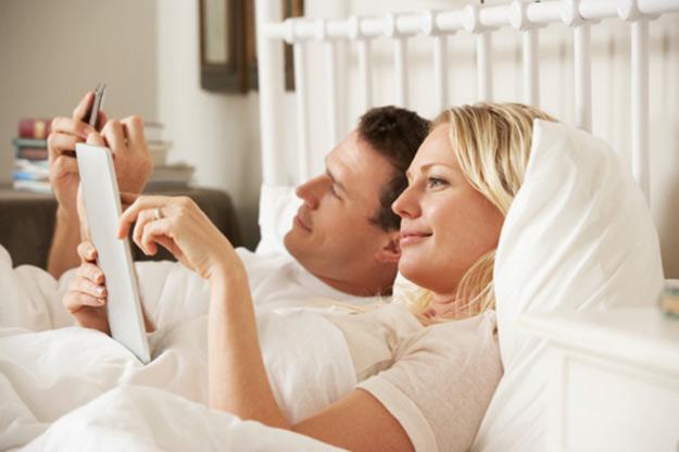 vo-krevet-so-smartphone