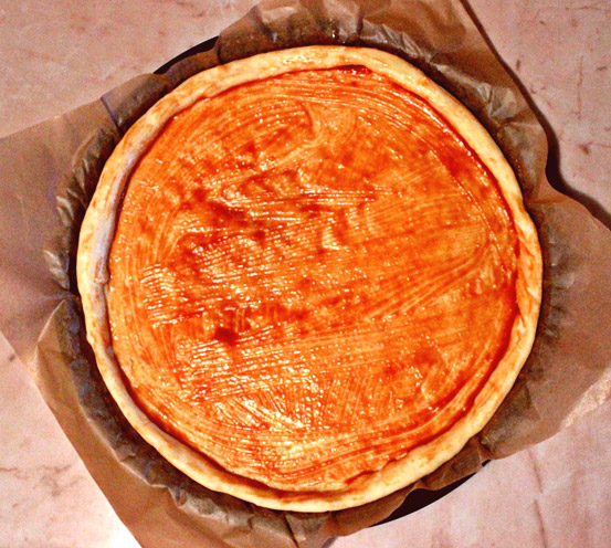 Чекор 2:  Тестото го премачкувате со доматно пире