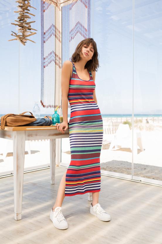 Долг фустан во повеќе бои