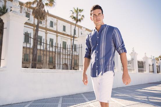 Темно сина кошула и бели бермуди