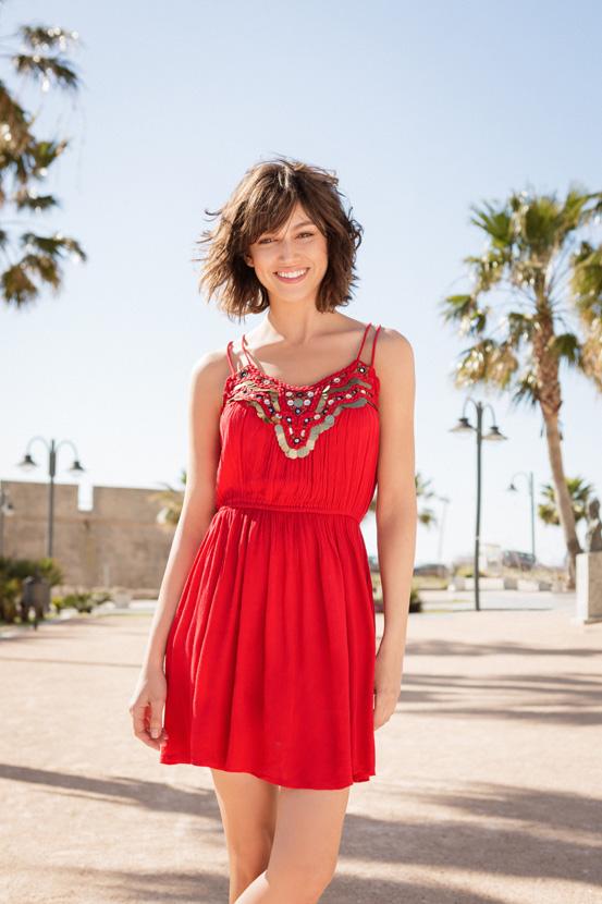Совршениот летен фустан во јарка црвена боја дополнет со украсни парички (2.590 денари)