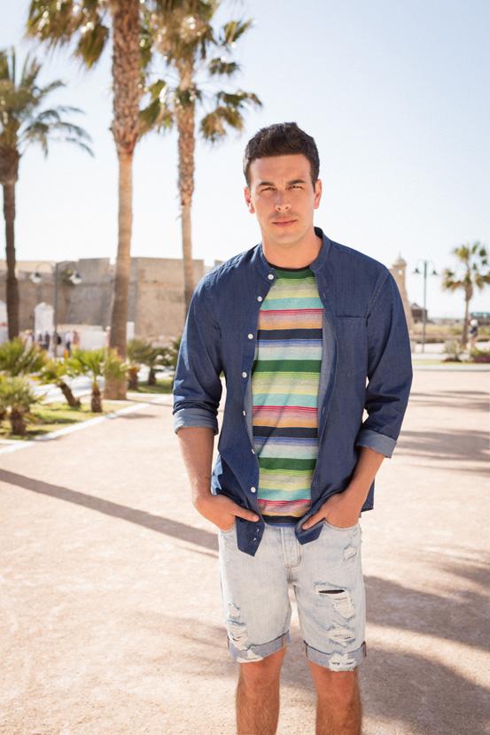 Лежерен изглед со маица во повеќе бои, кошула (1.990 денари) и искинати бермуди