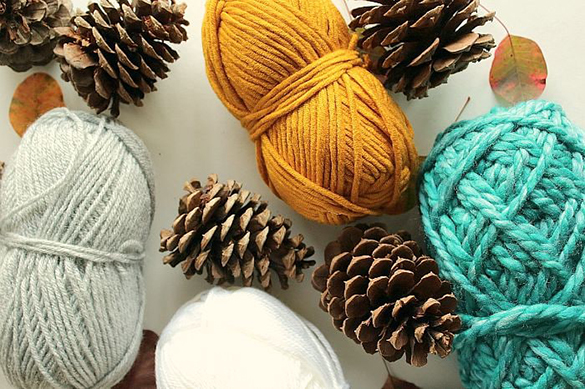 10freshome-diy-yarn-pinecones1
