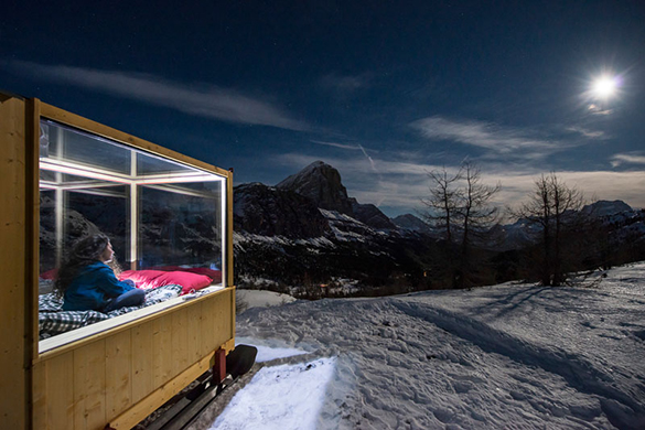 super-tiny-cabin-northeastern-italy-night